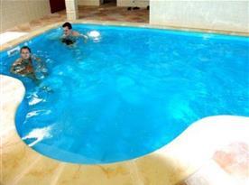 Vnitřní vyhřívaný bazén s protiproudem