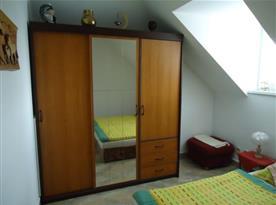Ložnice s lůžky a velkou šatní skříní