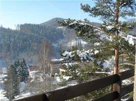 Výhled z apartmánu na zasněženou krajinu