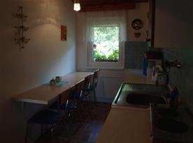 Kuchyně s rychlovarnou konvicí a lednicí