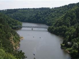 Výhled z hradu Bítova na přehradu
