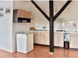 Pětilůžkový pokoj s kuchyň. koutem, koupelnou a WC.