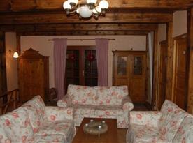 Obývací pokoj s krbem a sedačkami