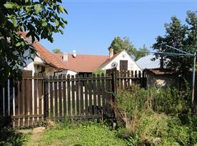 Zadní pohled ze zahrady do dvora