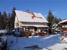 Pohled na chatu v zimním období