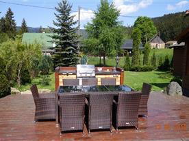 Posezení na terase s letní kuchyní