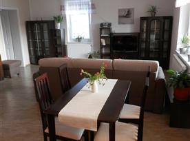 pohled od kuchyně do obývací části