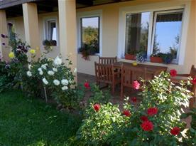 bližší pohled na okna apartmánu a posezení na terase