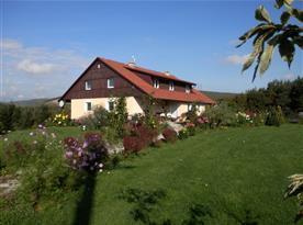 pohled na dům - podzimní
