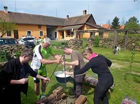 Výroba sýru na ohni zážitek úplně pro všechny hosty