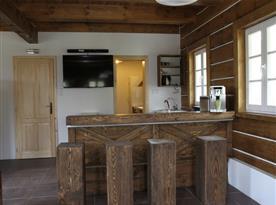 Bar v obývací místnosti, pohled do kuchyně