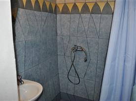 koupelna se sprchovým koutem - apartmán v přízemí