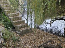 Kamenné schodiště k řece