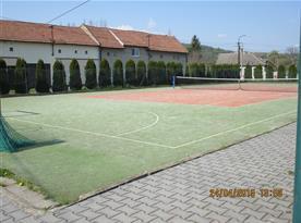 veřejný tenisový kurt u chaty