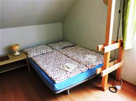 Obývací pokoj s rozloženým dvoulůžkem