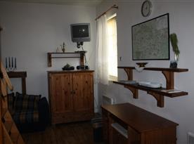 šatní skříň a psací stůl