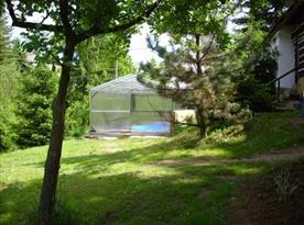 Zatravněná zahrada s krytým bazénem