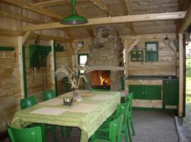 Venkovní posezení - letní kuchyně s kamenným krbem