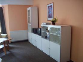 Obývací pokoj s pohovkou a televizí
