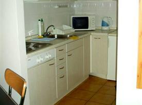 Kuchyňský kout s elektrickým vařičem, lednicí a mrazákem