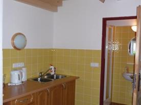 Kuchyně v přístavbě s mikrovlnou troubou, varnou konvicí a dvouplotýnkovým vařičem