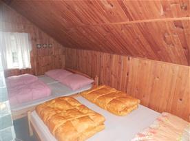 Ložnice v podkroví s lůžky a posezením