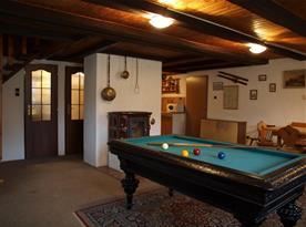 Společenská místnost s krbovými kamny, kulečníkem, televizí a satelitem