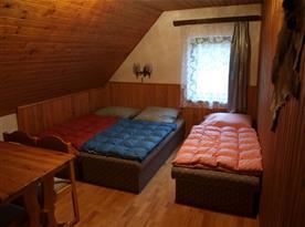 První podkrovní ložnice se třemi postelemi