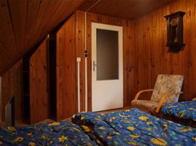 Druhá podkrovní ložnice se třemi postelemi