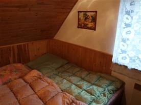 Čtvrtá podkrovní ložnice se dvěmi postelemi