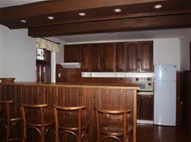 Kuchyně s lednicí, mikrovlnnou troubou a servírovacím pultem