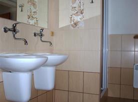 Sociální zařízení - umyvadla se sprchovým koutem