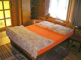 Ložnice s manželským dvoulůžkem a balkónem