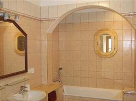 Koupelna s umývadlem, vanou a sprchou