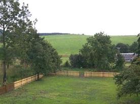 Pohled na rozlehlou zahradu