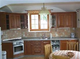 Velká moderní kuchyně se sporákem, lednicí, myčkou, varnou konvicí