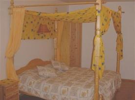 Ložnice s manželskou postelí a nebesy