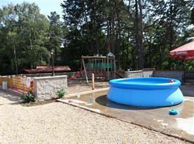 Dětské hřiště a bazén