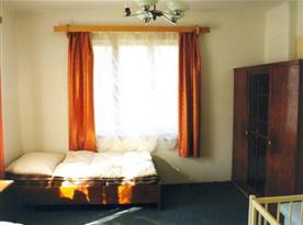 Pokoj s lůžky a skříní