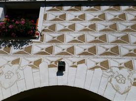 Detail fasády z renesančními sgrafity ze dvora