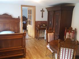 Ložnice C s renesanční postelí o šířce 130 cm