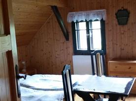 Ložnice vlevo od koupelny - manželská postel + 3 jednolůžka