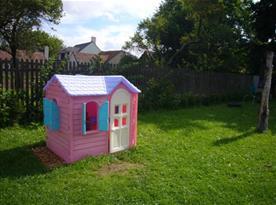 V dětském koutku je dětský plastový domeček