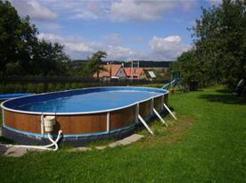 Možnost koupání v bazénu na zahradě
