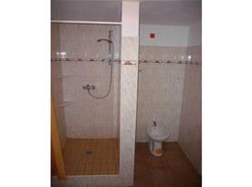 Koupelna se sprchovým koutem, umývadlem a bidetem