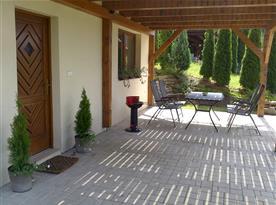 Vchod + venkovní terasa s posezením a grilem