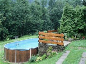 Nadzemní venkovní bazén na pozemku