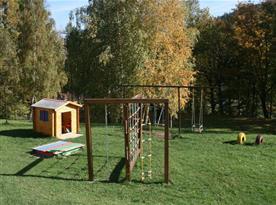 Dětské hřiště s houpačkami a pískovištěm