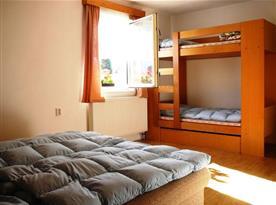 Podkrovní ložnice s lůžky a palandou