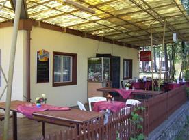 Příjemné posezení  na terase restaurace
